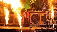 Achtung, Verbrennungsgefahr, lieber Heino! Das ist schließlich die Bühne von Rammstein, weltweit gefragte Feuer-Show-Band mit Hang zur Clownerie.