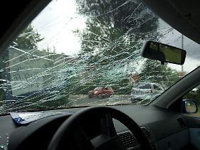 Schwer zu verkaufen: Ein Wagen mit vom Hagelschlag zerstörter Frontscheibe bei einem Autohändler.