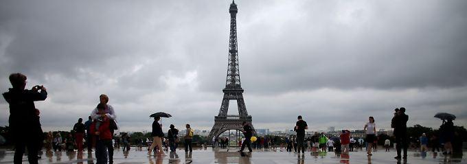 Paris im Sommer: Die Stadt gehört den Liebenden - und den Besuchern. Das politische Frankreich weilt im Urlaub.