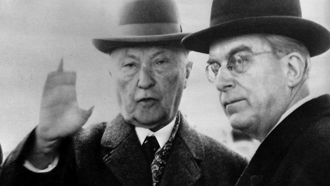 Bundeskanzler Konrad Adenauer und Staatssekretär Hans Globke.