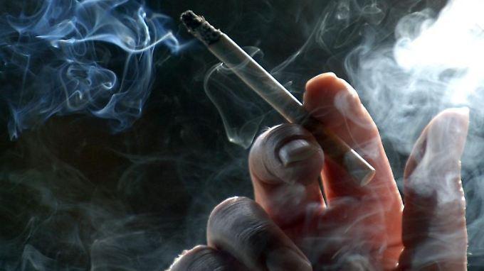 Wer jemand anderem absichtlich Rauch ins Gesicht pustet, macht sich strafbar.