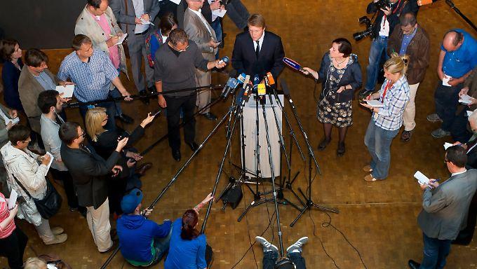 Pofalla verliest seine Erklärung und lässt anschließend keine Fragen von Journalisten zu.