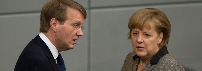 Merkel und Pofalla: Die Behandlung der NSA-Affäre hat die Kanzlerin ihrem Minister überlassen.