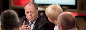 An einem Tisch mit Peer Steinbrück: Herr Tur Tur trifft die Bürger