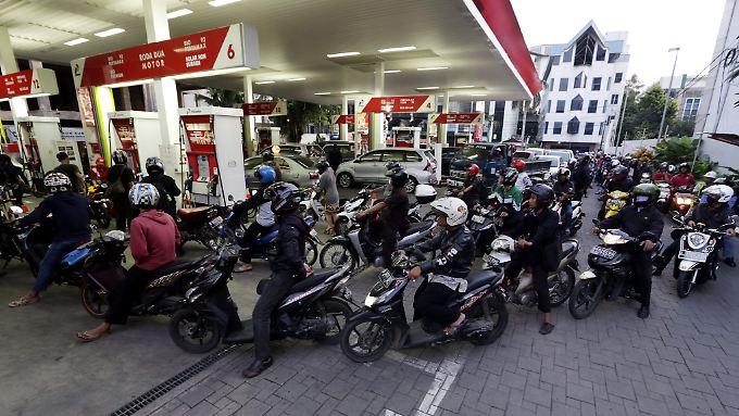 Ein überfüllte Tankstelle in Indonesien: wegen der Kürzung der Benzinsubventionen stehen Motorradfahrer Schlange.