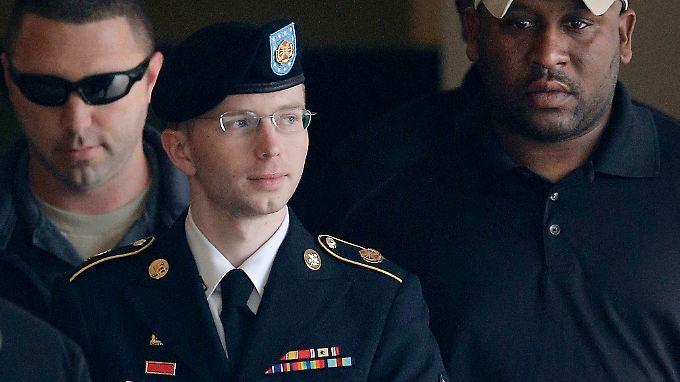 Chelsea Manning, damals noch Bradley Manning, auf dem Weg zu einer Gerichtsverhandlung im Jahr 2013.