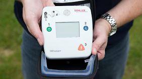 Die Defibrillatoren sind selbst für Laien zu bedienen.