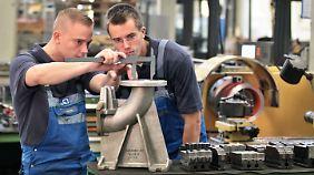 Immer mehr Azubis sind 25 oder älter. Hier wird gerade ein Flanschkrümmer beim Pumpenhersteller KSB AG in Halle (Saale) überprüft.