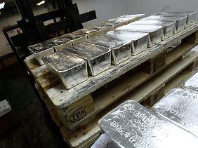 Schön schwer: In der Edelmetallschmelze von KGHM in Glogow stapeln Mitarbeiter die Barren auf Europaletten auf.