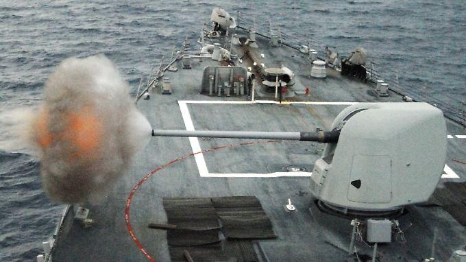 Ein Lenkwaffen-Zerstörer, der bei einer Übung im Atlantik sein Artilleriegeschütz MK-45 abfeuert.