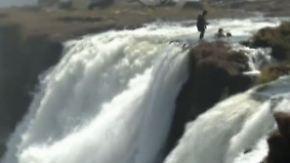 """Nervenkitzel im """"Teufelsbecken"""": Touristen planschen 100 Meter über dem Abgrund"""