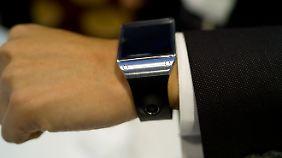 Man kann die Galaxy Gear in der entsprechenden Farbe auch zum Anzug tragen.