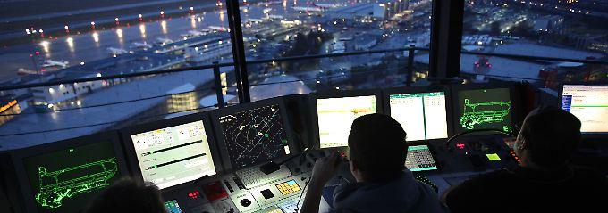 Fluglotsen im Tower des Flughafens Düsseldorf.