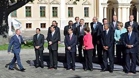 Der Gastgeber zuletzt: Putin (li.) kommt zu den wartenden Staatschefs.