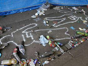 Ermittler haben die Positionen der Toten auf den Boden gemalt. 16 Menschen waren vor Ort tot aufgefunden worden.