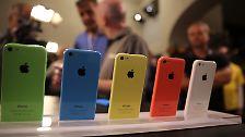 Das kleinere 5C kommt in bunten Farben, die der US-Konzern immer wieder gerne verwendet: Grün, Gelb, Pink, Blau oder Weiß.