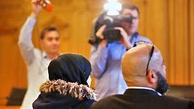 Die 13-jährige Asmae und ihr Vater Mohamed unterliegen vor Gericht.