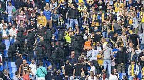 """Von den Fans verächtlich """"Robocops"""" genannt: Einsatz von Polizisten im Braunschweiger Fanblock beim Auswärtsspiel in Hamburg."""