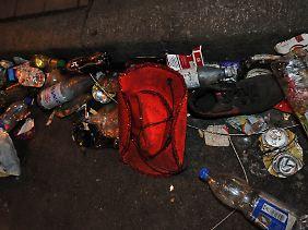 Überreste der Katastrophe: Müll und Kleidung nach der Loveparade.