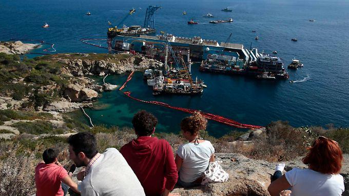 """Seit über einem Jahr liegt die """"Costa Concordia"""" vor der Insel Giglio."""