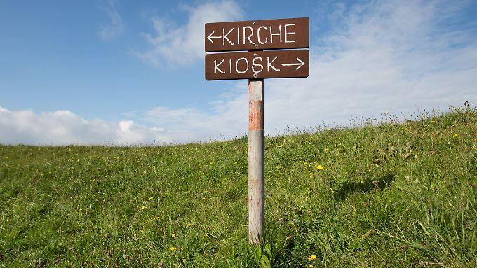 Wegweiser auf Hallig Gröde. Mit neun Wahlberechtigten ist die Hallig im Schleswig-Holsteinischen Wattenmeer der kleinste deutsche Wahlbezirk bei der Bundestagswahl am nächsten Sonntag.