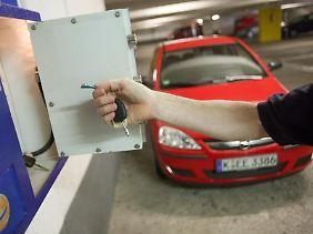 Vor der Übernahme des Fahrzeugs sollten Carsharing-Nutzer vorhandene Schäden der Buchungszentrale mitteilen.