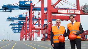 Bundespräsident Joachim Gauck (l.) und Niedersachsens Wirtschaftsminister Olaf Lies (SPD) begutachten im August die Anlage.