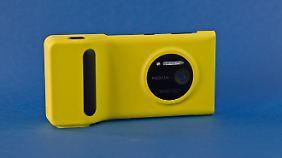 Für längere Fotosafaris kann man für rund 50 Euro den Nokia Camera Grip kaufen. Auf das Lumia 1020 gesteckt, bietet er einen festen Griff und erhöht die Akku-Kapazität um 1020 Milliamperestunden.