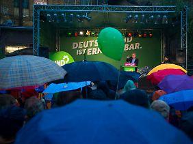 Die Anhänger der Partei trotzen nicht nur schlechten Umfragewerten, sondern auch dem Regen.