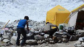 """Im """"Advanced Basecamp"""" müssen die Bergsteiger beim Kochen improvisieren, eine richtige Küche gibt es nicht."""