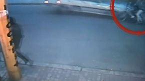 Männer nur leicht verletzt: Betrunkener Autofahrer rast in Radfahrer-Gruppe