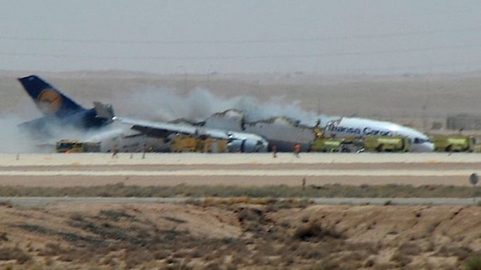 Das Flugzeug ist auseinandergebrochen.