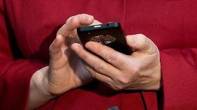 Bekannt ist, dass Merkel viele SMS verschickt.