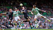 Vier in einer Reihe: Motherwells Steven Hammell, Teamkollege Stephen McManus sowie Celtics Kris Commons und Charlie Mulgrew im Spiel der schottischen Fußball-Premier-League im Glasgower Celtic Park.