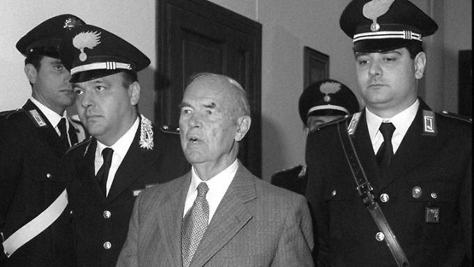 Priebke im Mai 1996 bei seinem Prozess in Rom.
