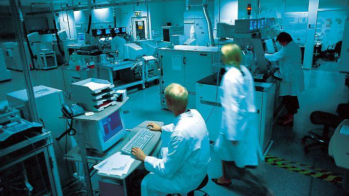 """Mitarbeiter der """"Screening Factory"""" des Pharma- und Biotech-Unternehmens Evotec."""