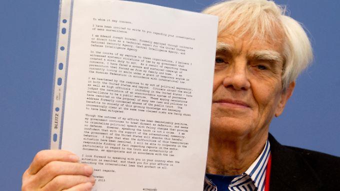 Ströbele mit dem Brief aus Moskau.