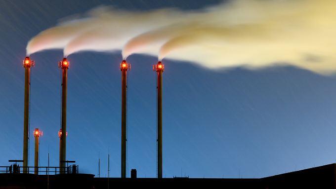 Nicht nur schlecht fürs Klima, auch noch sinnlos: Schornsteine eines Blockheizkraftwerkes am Flughafen Berlin Brandenburg.
