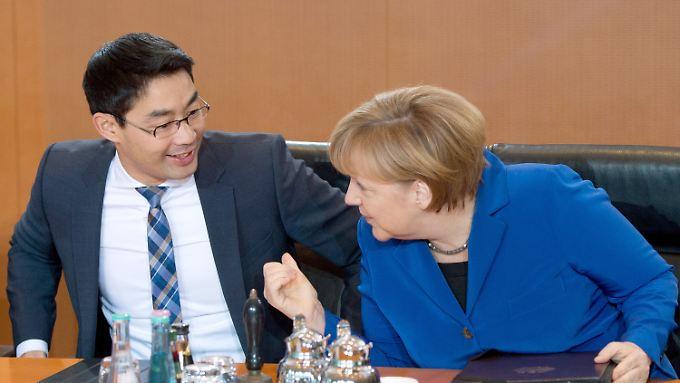Der Rüstungsexportbericht wird vom Wirtschaftsministerium erstellt. Bis zum Amtsantritt einer neuen Bundesregierung führt der scheidende FDP-Chef Philipp Rösler das Ressort.