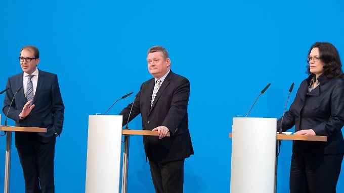 CSU-Generalsekretär Dobrindt (v.li.), CDU-Generalsekretär Gröhe und SPD-Generalsekretärin Nahles geben gemeinsam Auskunft über den Stand der Verhandlungen.