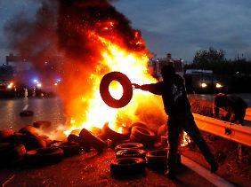 Protestierende Bauern blockieren bei Arles eine Straße.