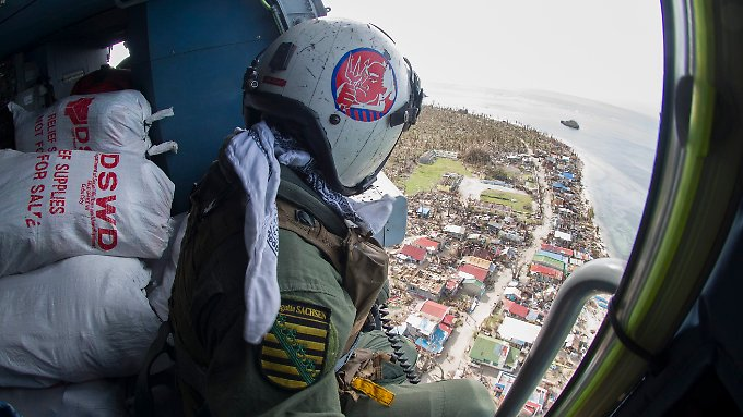 Helfer aus Deutschland, den USA und anderen Ländern unterstützen die Menschen auf den Philippinen unter anderem durch Nahrungsmittellieferung aus der Luft.