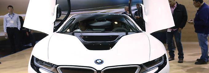 """Der """"progressivste Sportwagen der Welt"""": Auf der Automesse in Los Angeles bestaunen Fachbesucher einen BMW """"i8 Hybrid""""."""