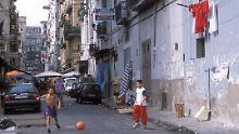 In einer Seitenstraße in Neapel ist Platz für ein Fußballspiel.
