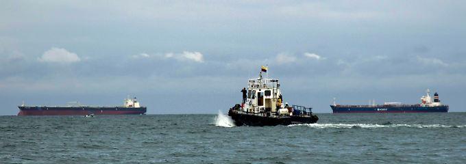 Auf Reede vor Port Esmaraldas: Über die Weltmeere laufen die Versorgungswege der meisten großen Ölverbraucher.