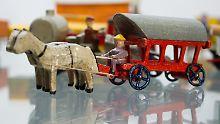 """Die Ausstellung """"Der Deutschen liebste Weihnachtsgeschenke"""" ist derzeit im Museum Viadrina in Frankfurt (Oder) zu sehen. Holzspielzeug gehört natürlich dazu. Doch nun entbrennt ein Streit um einen Testbericht über die beliebten Spielwaren."""