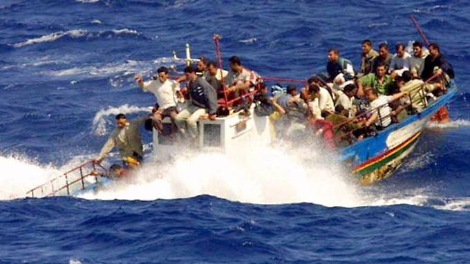 Dieses Bild zeigt ein Flüchtlingsboot, dass 2003 vor Lampedusa gesunken ist. Alle Passagiere konnten gerettet werden.