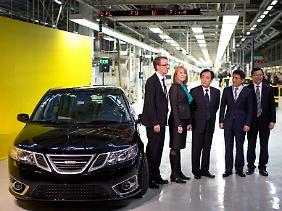 "Das wichtige steht links: Das Saab-Modell ""9-3 Aero Sedan"" neben dem Nevs-Chef Mattias Bergman, Ministerin Annie Lööf, dem Botschafter Chen Yuming und dem Haupteigentümer Kai Johan Jiang."