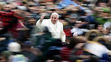 Franziskus will die Kirche den Menschen näher bringen, er will vor allem die Ausgegrenzten wieder mit ins Schiff holen.