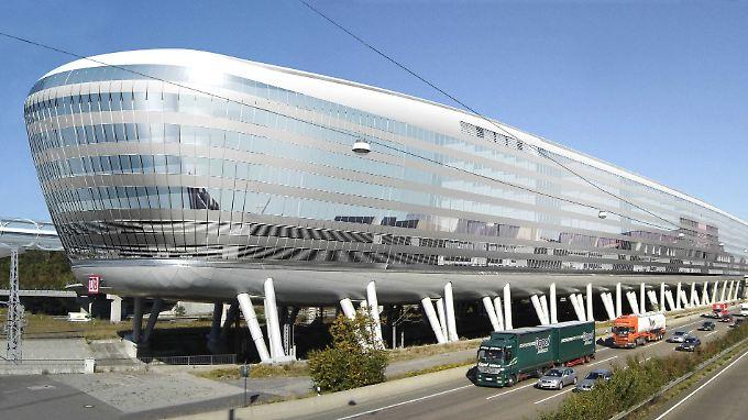 """Mit schuldenfinanzierten Projekten wie dem """"Airrail Center"""" auf dem Dach des ICE-Fernbahnhofs am Frankfurter Flughafen (hier ein Computerbild) hat sich die IVG einen Bruch gehoben."""